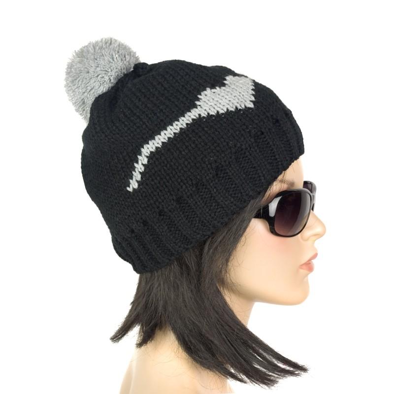 Damska czapka zimowa hearts z pomponem – czarna